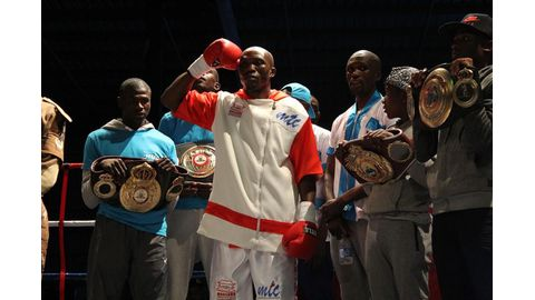 Moses closer to world title