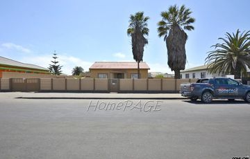 ​Hermes, Walvis Bay: Home with 2 Flats is for Sale