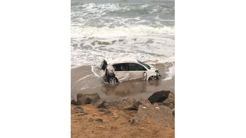 Vehicle crashes into the sea, driver disappears