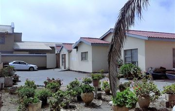 COSY HOUSE WITH 2 FLATS FOR SALE – NEAR DUNESIDE SCHOOL AND WELWITCHIA HOSPITAL, HERMES, WALVIS BAY