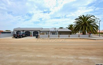 Ext 8 (Hage Heights), Swakopmund: Corner 4 Bedr Home with 2 Bedr Flat is for Sale