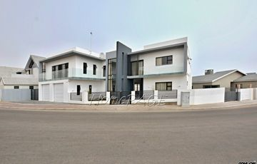 Ext 2, Long Beach, Walvis Bay: UPMARKET and SPACIOUS 5 Bedr. Home is for Sale