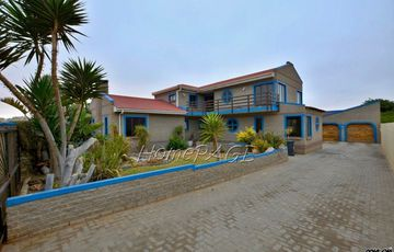 Ext 8 (Hage Heights), Swakopmund: HUGE 4 Bedr Home with 1 Bedr Flat is for Sale