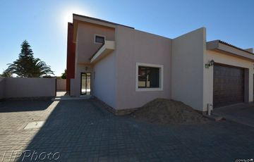 Ext 4, Henties Bay: SPACIOUS TOWNHOUSE is for Sale