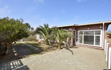 Meersig, Walvis Bay: Fixer Upper with Flat is for Sale