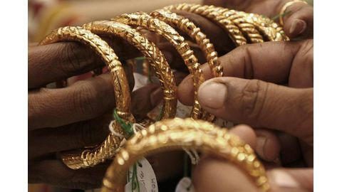 Gold eases on outlook for US rate hikes