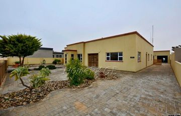 ​Ext 6 (South Dune), Henties Bay: Spacious Home with LOADS of potential is for sale