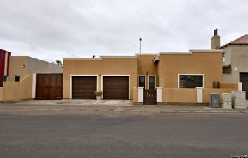 ​Fairway Estates, Walvis Bay: VERY NEAT HOME WITH FLAT IS FOR SALE