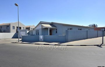 ​Lagoon, Walvis Bay: Quaint Older Home on Border of Lagoon subburb
