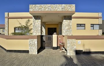 ​Ext 9, Swakopmund: Beautiful Home with HUGE GARAGES is for Sale