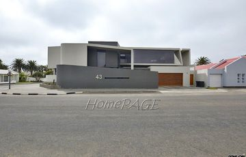 Meersig, Walvis Bay: Contemporary Glass Palace is for Sale