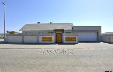 Ext 9, Swakopmund: Beautiful, Upmarket Home is for Sale