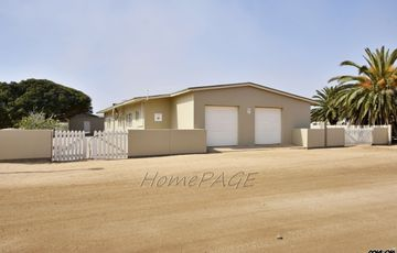 ​Proper, Henties Bay: Very neat home with flat in central town is for sale