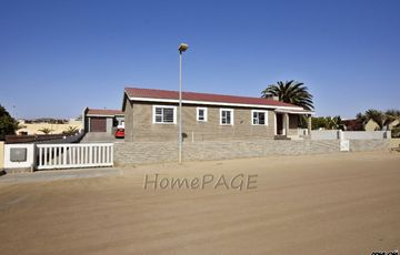 Ext 8, Swakopmund: 3 Bedr Home with 2 Bedr Flat