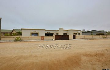 ​Ext 10, Henties Bay: Spacious Home on Corner Plot is for Sale