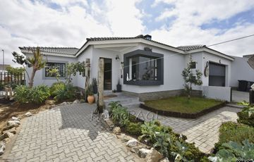 Mile 4 Ext 1, Swakopmund: Beautiful Home on large plot is for Sale