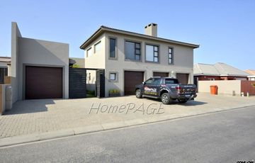 ​Ext 9, Swakopmund: 3 Bedr Home with 2 Bedr Flat is for Sale