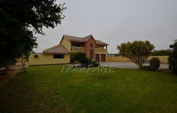 Ext 1 (Suid Duin), Henties Bay, 3 Bedr Double Storey Home is for Sale