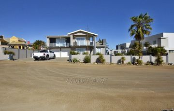 ​Vogelstrand, Swakopmund: 5 Bedr Home with 2 Bedr Flat is for Sale