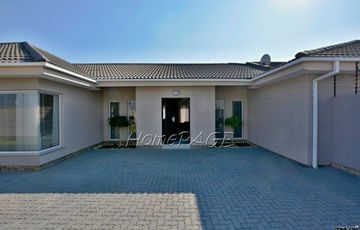Dunes (Kramersdorf), Swakopmund: 4 Bedr Home with 1 Bedr Flat is for Sale