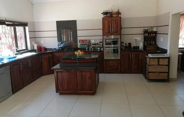 3 Bedroom house for sale with office/study area plus one bedroom flat - Avis