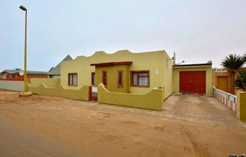 North Dune, Henties Bay: 3 Bedr Home with 2 Bedr Flat for Sale