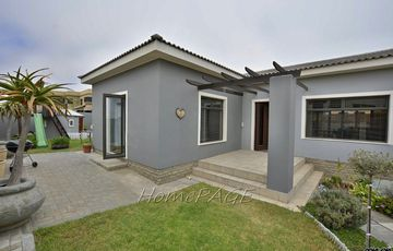 Ext 9, Swakopmund: Spacious UPMARKET Home with Flat is for Sale